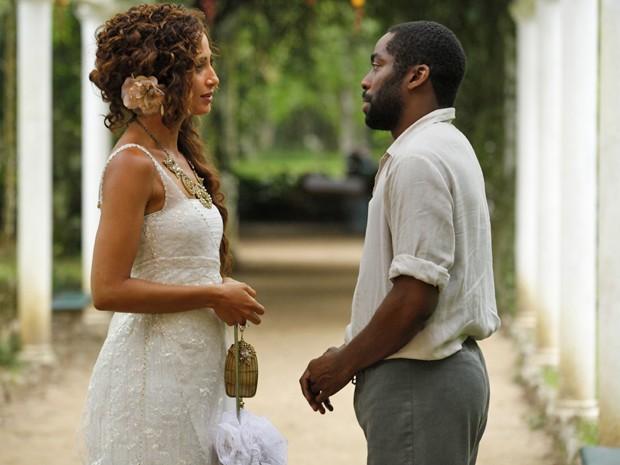 Os dois se encontram por acaso e ficam frente a frente  (Foto: Lado a Lado/TV Globo)