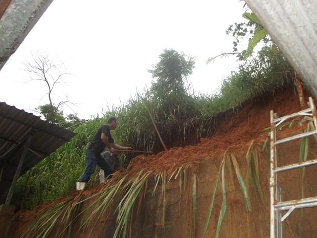 O barranco que cerca as casas do bairro Quitandinha desabou comprometendo três residências. (Foto: Patrícia Belo/G1)