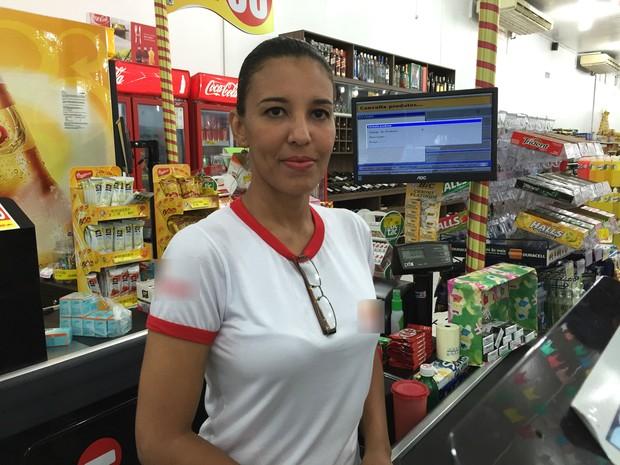 Carol Formaniak, de 40 anos, se mudou de Ciudad Bolícar, na Venezuela, para Boa Vista; hoje, ela, que é advogada especialista em direitos humanos, trabalha como operadora de caixa (Foto: Inaê Brandão/G1 RR)