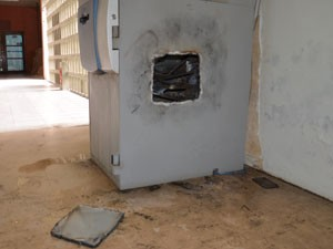 Bandidos usaram um maçarico para violar o caixa eletrônico e levar todo o dinheiro (Foto: Walter Paparazzo G1/PB)