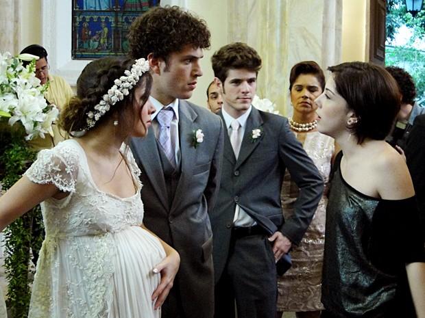 Alexia invade a igreja e interrompe a cerimônia de casamento (Foto: Malhação / TV Globo)