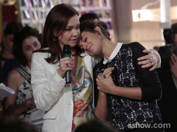 Bruna é consolada pela colega Julia Lemmertz (Foto: Felipe Monteiro/TV Globo)
