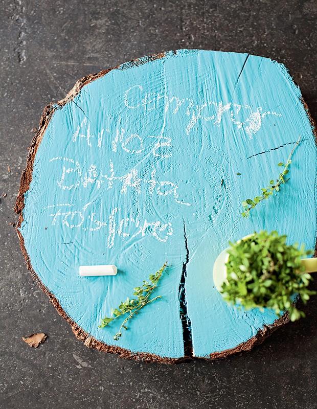 Pintados com tinta esmalte, troncos cortados (à venda em grandes lojas de jardinagem) viram uma lousa original. E ainda podem ser usados como suporte, para brincar com alturas num serviço à americana (Foto: Elisa Correa/Editora Globo)
