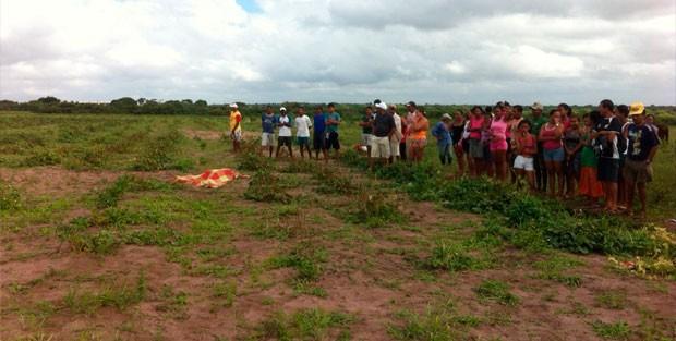 Corpo da mulher foi encontrado em terreno no distrito de Rio dos Índios, em Ceará-Mirim (Foto: Matheus Magalhães/G1)