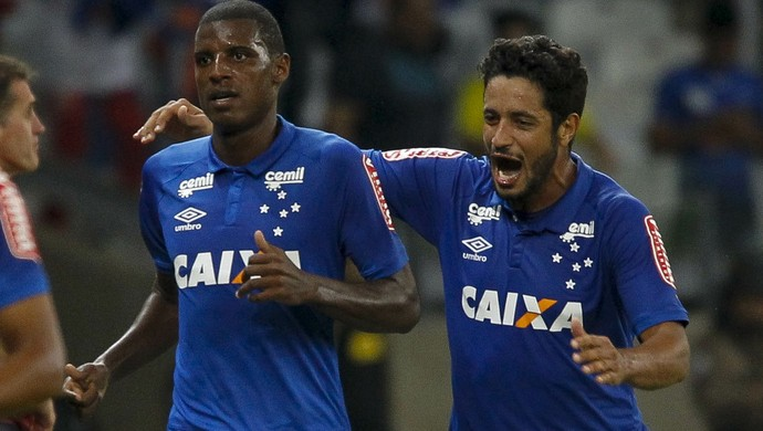 Bruno Ramires e Léo, zagueiros do Cruzeiro (Foto: Washington Alves/Light Press)
