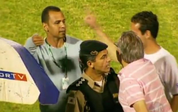 Prefeito discute com funcionário da Federação Mineira de Futebol. (Foto: Reprodução Sportv)