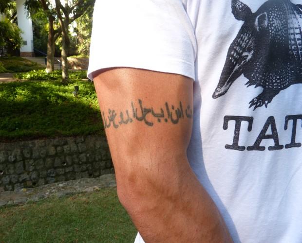 Júnior tatua nome dos pais em árabe (Foto: Domingão do Faustão/ TV Globo)