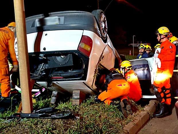 Carro capotado no Setor Militar Complementar, em Brasília; quatro ficaram feridos (Foto: Corpo de Bombeiros-DF/Divulgação)