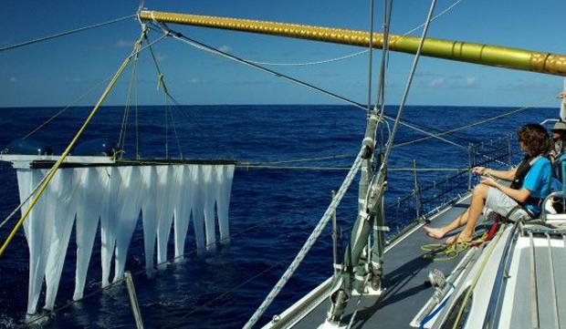 Equipamentos para retirada dos sacos plásticos são testados no mar (Foto: BBC/The Oceal Clean Up)
