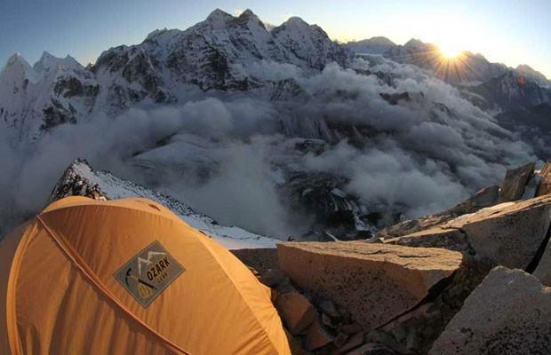 Muitos desses picos nunca foram explorados, e boa parte recebe poucos visitantes. Ele pretende colocar o mapeamento à disposição de qualquer montanhista. Nesta foto, um acampamento a 5,3 mil metros no Quitaraju, Peru (Foto: Maximo Kausch/BBC)