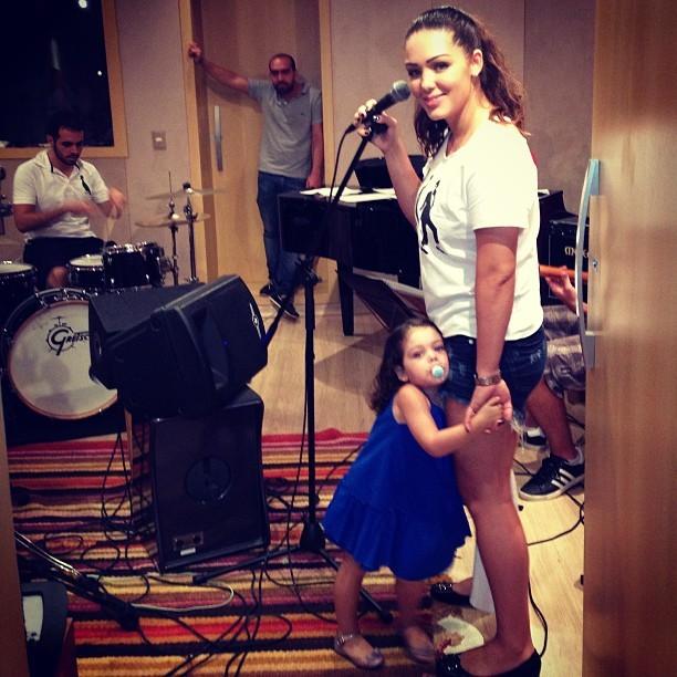 EGO – Tânia Mara leva a filha para gravação em estúdio: 'Ensaio com a mamãe' – notícias de Crianças
