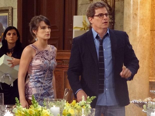 Felipe chega causando ao lado de Carolina (Foto: Guerra dos Sexos / TV Globo)