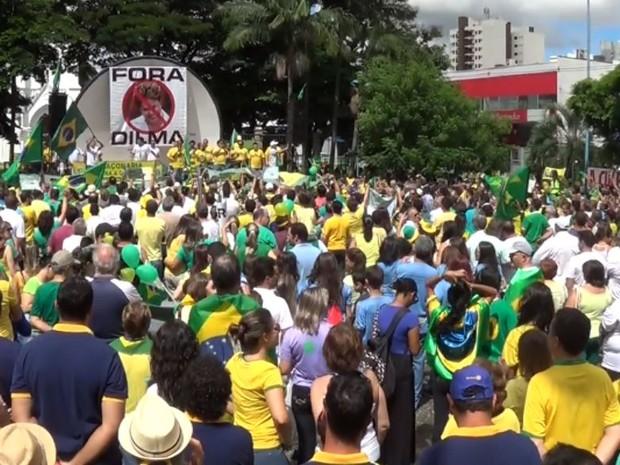 Protesto com Franca, SP reuniu milhares contra a presidente Dilma e a corrupção (Foto: Stella Reis/EPTV)
