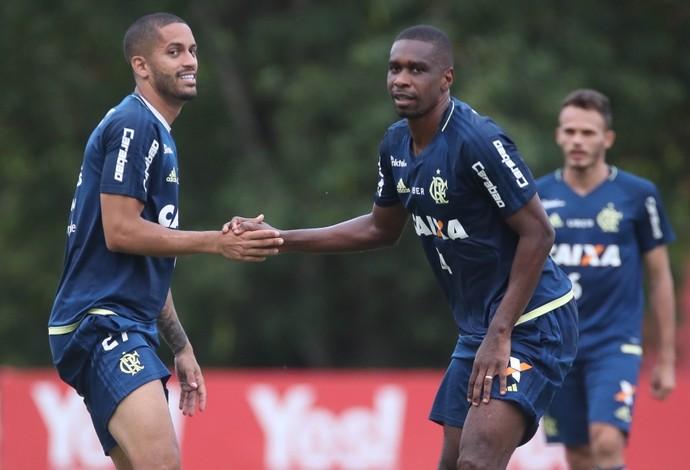 Romulo com o zagueiro Juan: nomes para jogo deste sábado (Foto: Gilvan de Souza/ Flamengo)