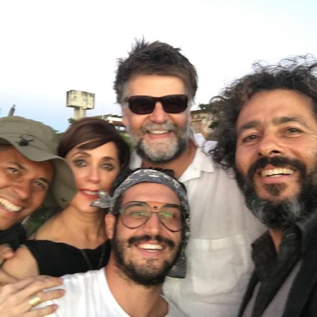 Leandro Pagliaro entre Christiane Torloni, o diretor Luiz Fernando Carvalho e Marcos Palmeira (Foto: Reprodução)