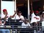 LeBron e companheiros viram fãs em playoff da MLB com direito a cerveja