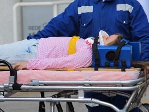 Uma ambulância leva a pequena diretamente ao hospital (Foto: Guerra dos Sexos/ TV Globo)