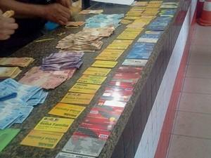 Homem é preso com 57 cartões do Bolsa Família em Bacabal (Foto: Reprodução/PM)