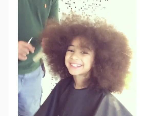 Alícia, filha de Samara Felippo, no cabelereiro  (Foto: Reprodução/Instagram)