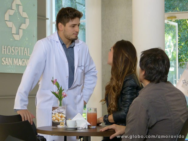 Rogério escuta papo suspeito do casal (Foto: Amor à Vida)