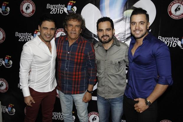 Zezé Di Camargo e Luciano recebem Matogrosso e Mathias no camarim (Foto: Celso Tavares/EGO)