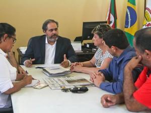 Vice-prefeito de Porto Alegre, Gustavo Paim, recebe motoristas do Uber  (Foto: Helena Rocha/PMPA)