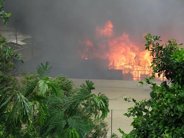 Fogo atinge barracos em comunidade de Santos, SP (Foto: Andre Souza/Arquivo Pessoal)