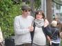 Milla Jovovich exibe barrigão da gravidez em passeio com marido