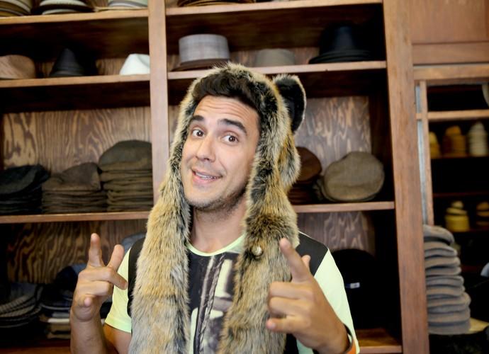 André Marques se diverte nos intervalos com chapéu inusitado (Foto: Leonardo Viso/ Gshow)