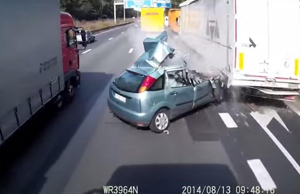 Imagens mostram carro cruzando as pistas à direita e batendo com um caminhão que trafegava no acostamento (Foto: Reprodução/YouTube Keokiracerhalsteren)
