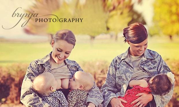 As militares Terran Echegoyen-McCabe e Christina Luna são vistas amamentando na imagem que gerou a polêmica (Foto: Divulgação)