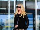 Jessica Simpson usa shortinho e exibe boa forma em aeroporto