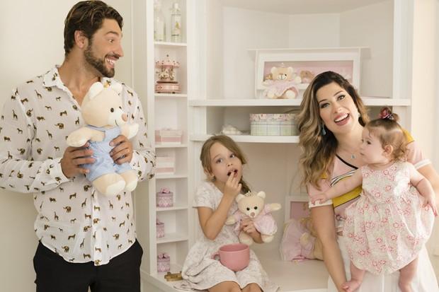 Victor Pecoraro e a mulher, a modelo Renata Muller, com as filhas, Sophia e Rebekah, no quartinho da bebê (Foto: Mi Garcia)