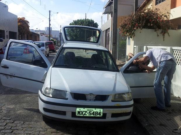 Carro branco está amassado e tem tinta amarela no para-choque (Foto: Ediana Miralha/Inter TV Cabugi)