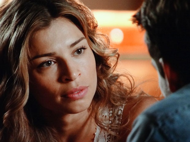 Ester promete encontrar provas contra Alberto na mansão (Foto: Flor do Caribe / TV Globo)