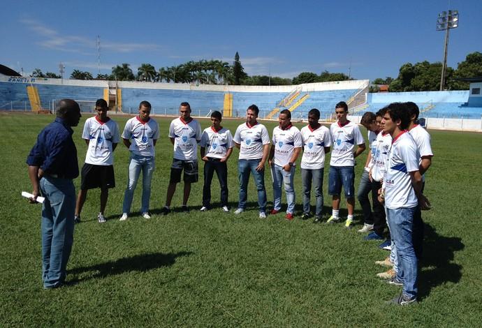 José Viriato Mendes fala com os jogadores que serão aproveitados no elenco (Foto: Clayton Santos / Globoesporte.com)