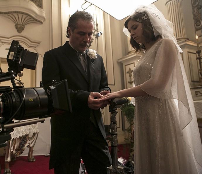 Detalhes em strass no vestido de cetim deixa a peça luxuosa (Foto: Inácio Moraes/Gshow)