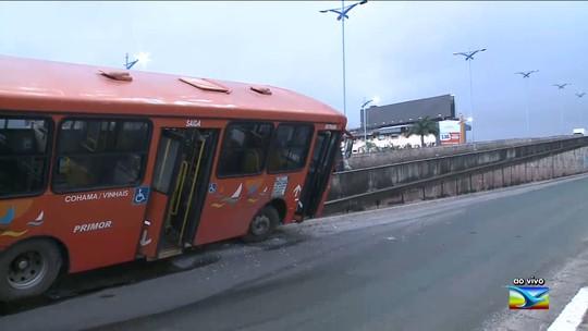 Ônibus sobe mureta de elevado em São Luís