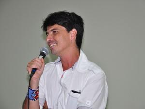 Jornalista conta experiência em livro (Foto: Vanísia Nery/G1)