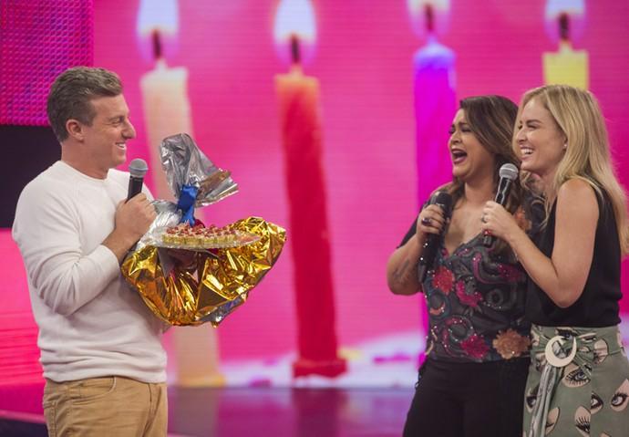 Apresentador ganha presentes dos amigos no programa (Foto: Maurício Fidalgo/TV Globo)