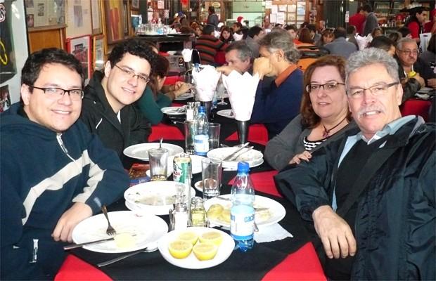 Ivan com o irmão  Murilo, de 22 anos e os pais Maristela e Wilson Roberto Antônio (Foto: Arquivo pessoal)