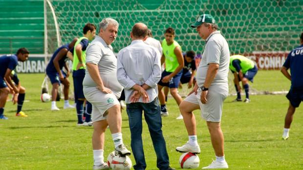 Marcelo Mingone (centro) se reúne com comissão técnica durante treino do Guarani (Foto: Rodrigo Gianesi/Globoesporte.com)