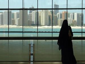 Mulher olha cidade por janela de shopping de luxo em Abu Dhabi (Foto: Flávia Mantovani/G1)