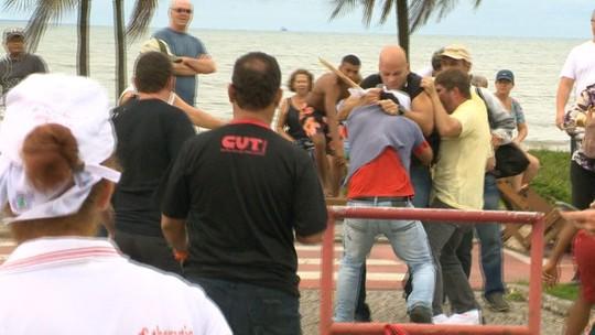 Ciclista é agredido ao xingar e atacar manifestantes em Vitória