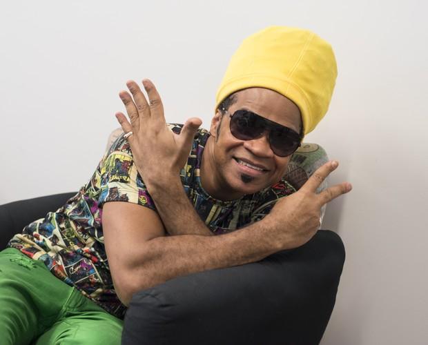 Carlinhos Brown faz pose e mostra a idade que está completando (Foto: Camila Serejo/Gshow)