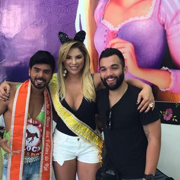 Verônica Costa e Jonathan Costa com amigo em bloco (Foto: Reprodução/Instagram)