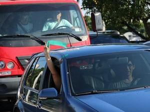 Mesmo presos em um congestionamento, motoristas que passavam pela manifestação davam apoio à causa (Foto: Marcos Dantas/G1 AM)