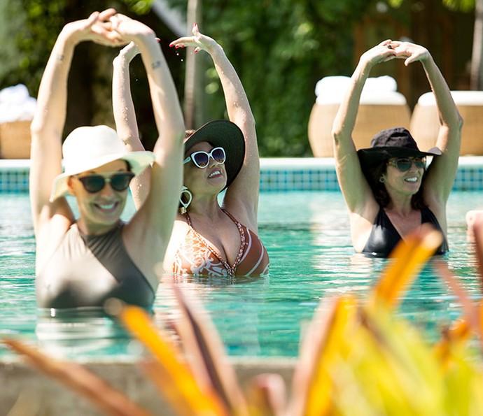 Trio se diverte na piscina (Foto: Fabiano Battaglin/Gshow)