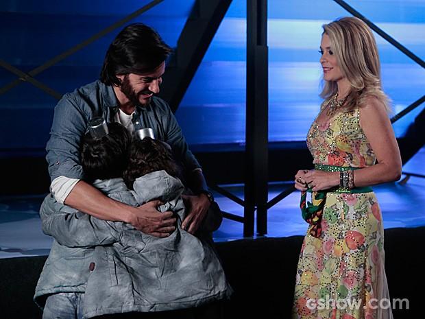 Herval recebe o carinho das crianças da ONG Plugar na frente de Pamela (Foto: Felipe Monteiro / TV Globo)
