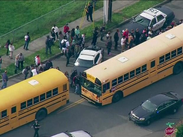 Tiroteio em escola nos EUA (Gnews) (Foto: Reprodução GloboNews)